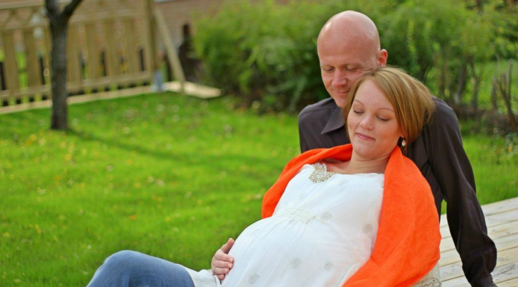 Ett kärleksfullt gravid par